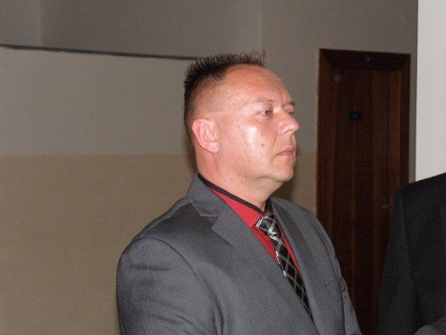 Přepadený podnikatel prohlásil, že na milion procent v jednom ze zakuklenců poznal policistu Jiřího Glace (na snímku před soudní síní).