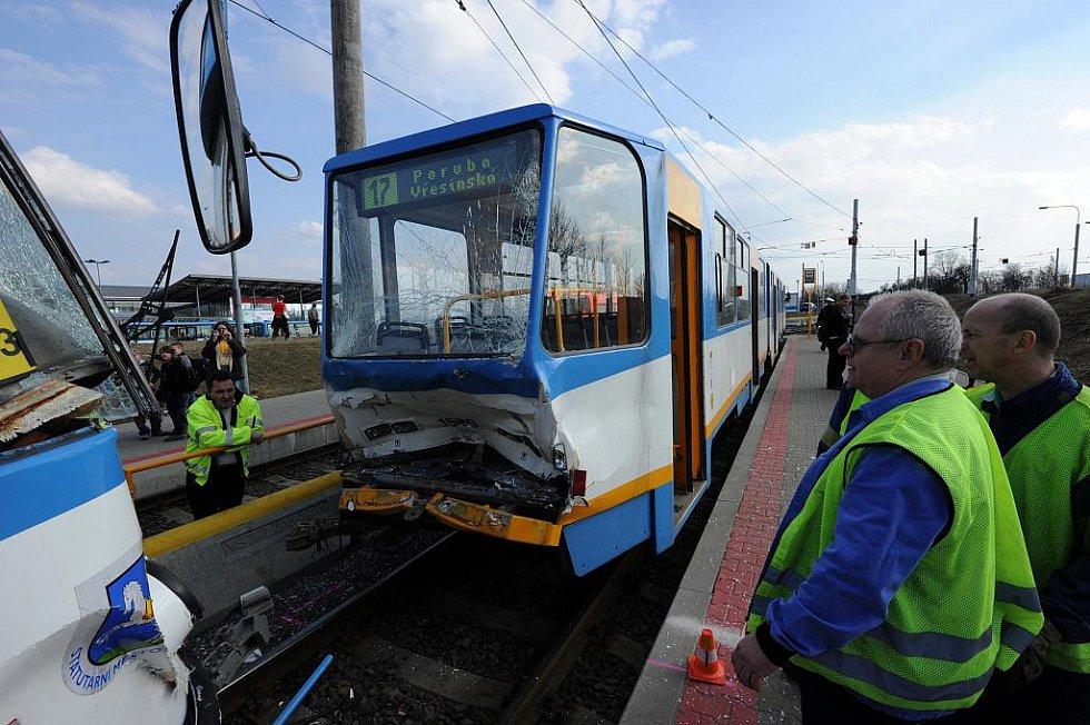 Na konečné zastávce u hypermarketu Interspar v Ostravě-Dubině se v úterý odpoledne srazily dvě tramvaje, čtyři lidé byli zraněni.