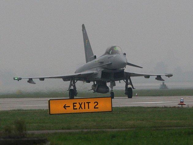 Britská stíhačka Eurofighter Typhoon při příletu na Dny NATO 2009 v Mošnově.