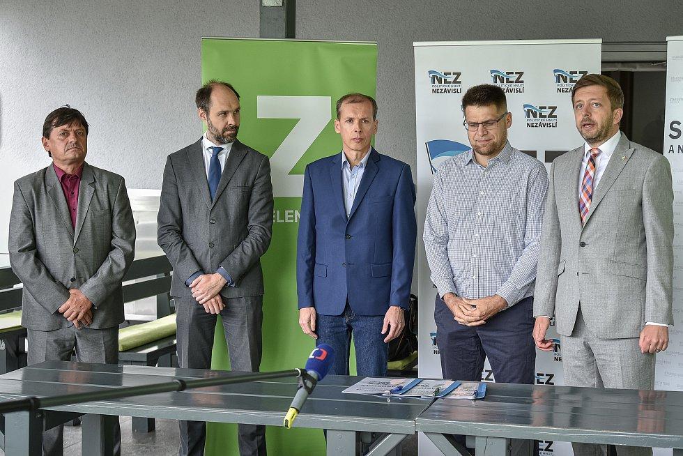 Do podzimních krajských voleb vstoupí nová koalice STAN, Zelení a Nezávislí. Na snímku zleva Jan Lipner (Starostové a nezávislí), Ondřej Syrovátka (Zelení), Martin Polášek (Nezávislí), Michal Berk (Zelení) a Vít Rakušan (STAN).