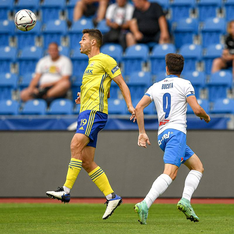 Utkání 2. kola první fotbalové ligy: Baník Ostrava - Fastav Zlín, 1. srpna 2021 v Ostravě. (zleva) Lukáš Vraštil ze Zlína a David Buchta z Ostravy.