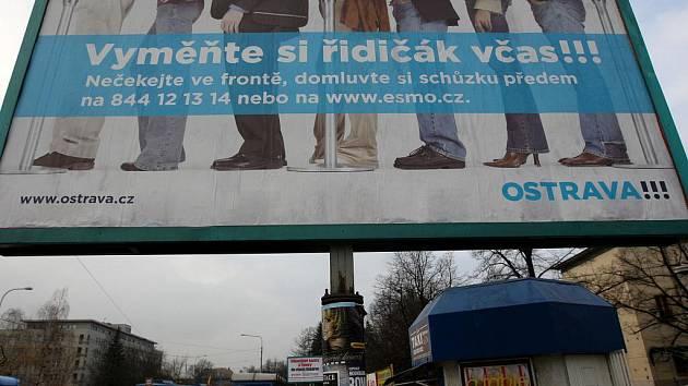 Na nutnost výměny některých řidičských průkazů v Ostravě upozorňují i billboardy.
