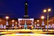 Ostravané zvolili. Takto bude letos vypadat vánoční výzdoba na Prokešově náměstí před ostravskou novou radnicí.