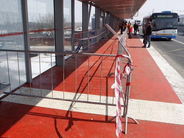 Oprava Svinovských mostů poškozených při vážné autohavárii.