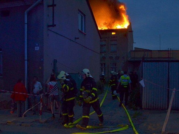 Při požáru střechy v Ostravě-Vítkovicích zachránili hasiči z domu také dva nepohyblivé nájemníky.
