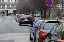 Vozy zaparkované podél Ostrčilovy ulice blokují celý jeden jízdní pruh. Situaci, kdy se protijedoucí vozy nemohou vyhnout, má vyřešit zjednosměrnění ulice.