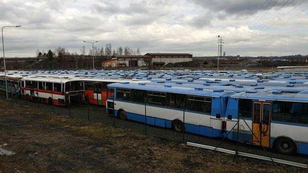 Vrakoviště autobusů.