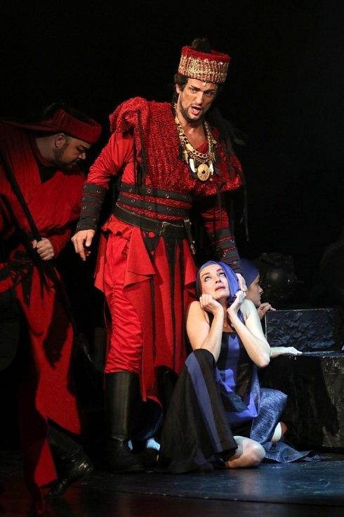DAVID SZENDIUCH v opeře Attila.