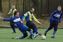 Mezi opory mužstva trenéra Filipa patří i čtyřiačtyřicetiletý nestor klubu Antonín Hruzík (uprostřed).