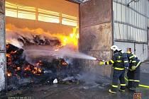 K požáru seníku museli v sobotu odpoledne vyjet moravskoslezští i dobrovolní hasiči. V areálu družstva v Klímkovicích začala hořet ocelokolna, v níž bylo uskladněno seno do čtyřmetrové výšky.