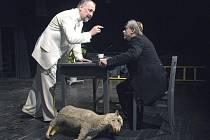Jan Fišar (vlevo) v inscenaci Goldbergovských variací v Komorní scéně Arena