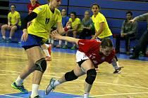 Házenkářky DHC Sokol Poruba slaví postup do čtvrfinále Cupu. Na snímku pivotka Eva Minarčíková.