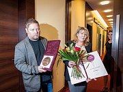 Adam Pavlík, syn nedávno zesnulé výjimečné zpěvačky Věry Špinarové, se svojí manželkou s Cenou města Ostravy,, která jí byla udělena in memoriam za mimořádný přínos v oblasti kultury.