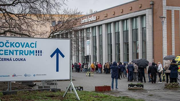 Takto vypadaly fronty lidí před očkovacím centrem na Černé louce v dubnu 2021 v Ostravě.
