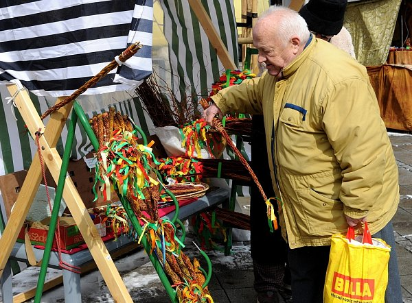 Velikonoční trhy. Prodejci pomlázek, perníků, malovaných vajíček a mnoha dalších velikonočních drobností rozbalili své stánky na Jiráskově náměstí vcentru Ostravy.