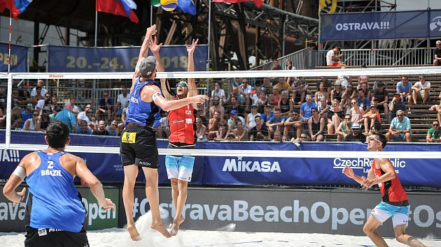 Turnaj Světové série Ostrava Beach Open, 21. června 2018, na snímku (zleva) Andre Loyola Stein, Alison Cerutti, David Lenc a Filip Habr.