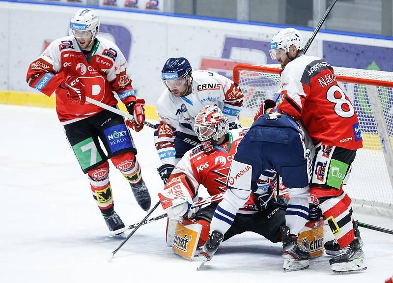 Hokejové utkání Tipsport extraligy v ledním hokeji mezi HC Dynamo Pardubice (v červenobílém) a HC Vítkovice Ridera (v bílomodrém) pardudubické enterie areně.