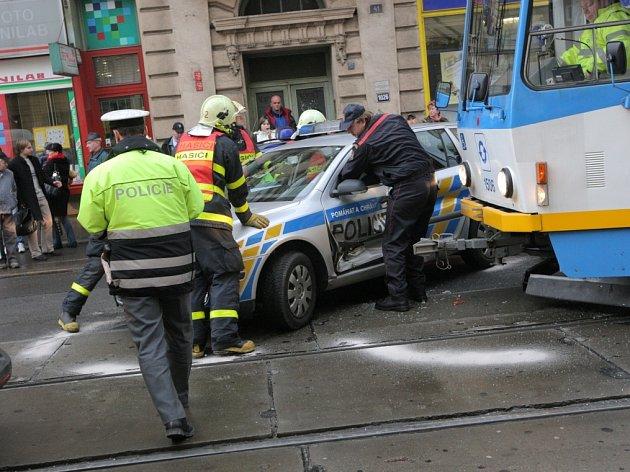 V centru Ostravy se v úterý 10. března odpoledne srazilo policejní auto s tramvají.