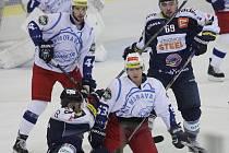 Hokejisté brněnské Komety (v bílém) porazili v přípravě Vítkovice 3:2 po samostatných nájezdech.