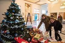 Dvě stovky dárků pro děti různého věku a pohlaví se nashromáždily ve vestibulu Wichterlova gymnázia v Ostravě-Porubě.