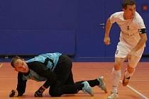 Futsalisté CC Jistebník se v novém ligovém ročníku spoléhají i v domácích utkáních na neprostupnou obrannou tvrz řízenou Marcelem Žigou (vpravo).