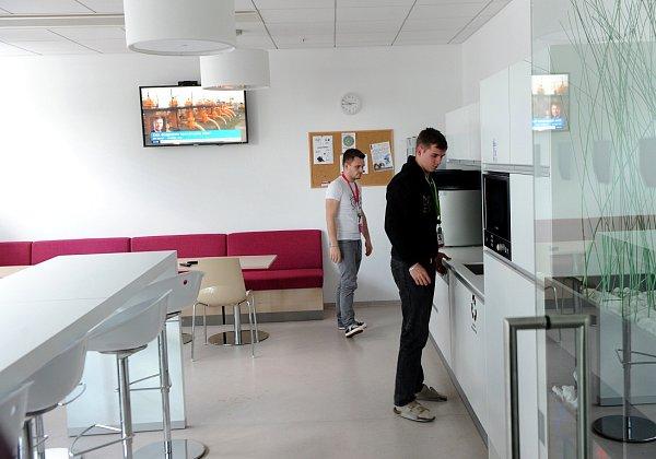 Na návštěvě vTieto Towers. Průvodce po dvou propojených budovách Deníku dělali Petr Lukasík, šéf ostravské centrály nadnárodní společnosti Tieto spolu spersonálním ředitelem Lubošem Tejklem.