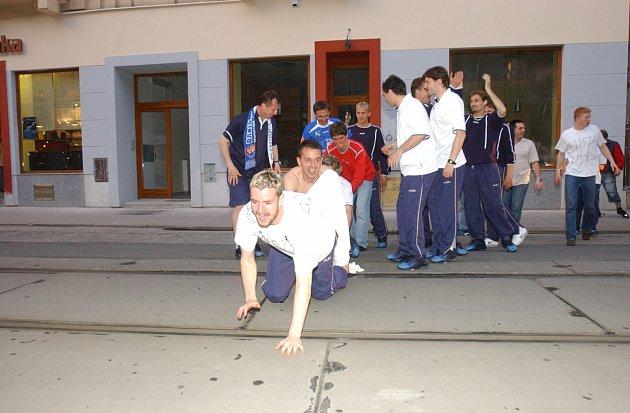 BAR PTÁK VHRSTI (dnes klub Embargo) byl během mistrovské sezony útočištěm fotbalového Baníku. Kpravidelným návštěvníkům baru patřil třeba kanonýr Marek Heinz. Po zisku titulu se tam odehrála ihlavní část oslav, kterou režíroval třeba stoper Pavel Besta