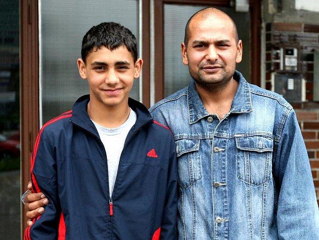 Třináctiletý školák Tibor Danis z Havířova, který prokázal velkou odvahu, když dokázal sám zneškodnit zloděje, se svým otcem Dušanem Klemparem.
