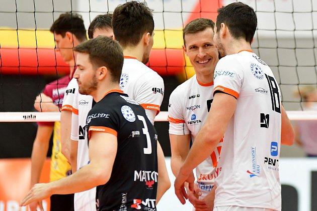 Lukáš Ticháček (číslo 5) patří knejzkušenějším hráčům VK ČEZ Karlovarsko, jeho zkušenosti pak týmu pomáhají kdobrým výsledkům.