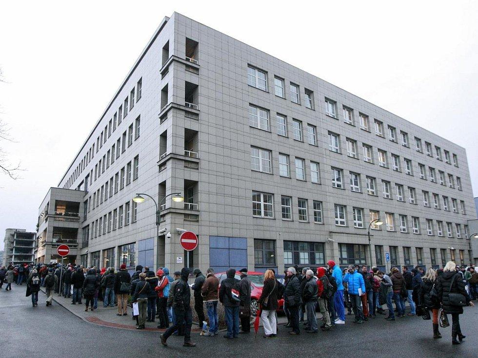 Fronta na kotlíkové dotace u Krajského úřadu v Ostravě.