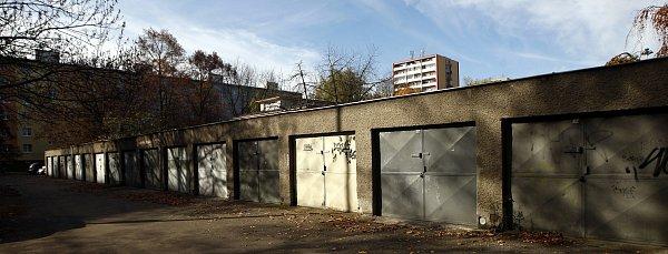 GARÁŽE UVOZOVNY. Právě opozemky pod těmito garážemi mají zájem jejich vlastníci. Jejich žádostem ale nebylo vyhověno.