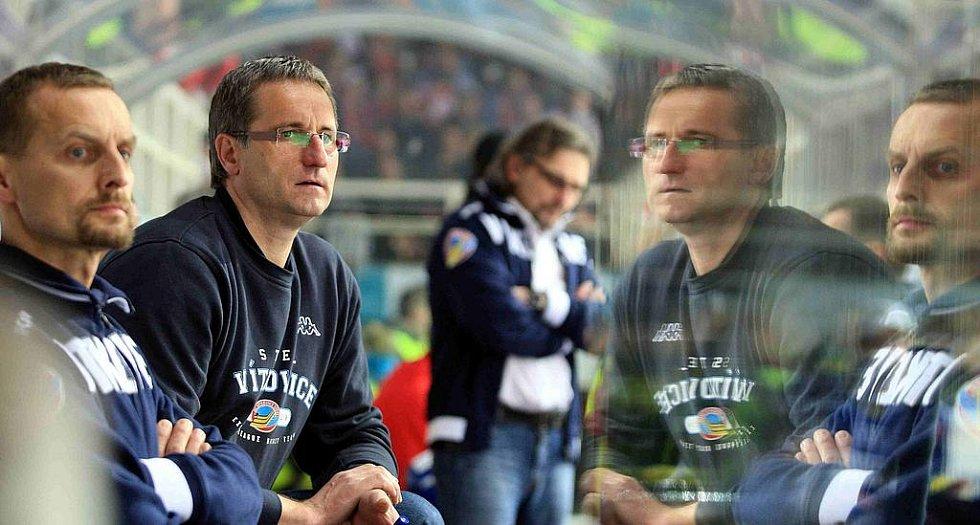 Druhý zleva trenér Vítkovic Mojmír Trličík