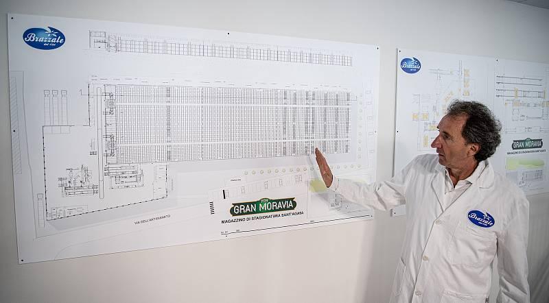 Robotizovaný sklad sklad sýrů společnosti Gran Moravia, 12. srpna 2021 v Cogollo del Cengio v provincii Vicenza, Benátsko, Itálie. Majitel společnosti Roberto Brazzale ukazuje novinářům plán skladu.