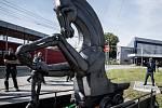 Pocta hornictví. Převoz a instalace sochy koně s důlním vozíkem před hlavní nádraží v Ostravě.