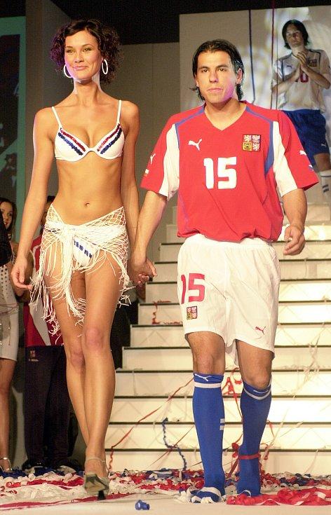 Milan Baroš představuje na módní přehlídce nové dresy národního týmu.