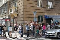 Lidé v Ostravě-Porubě ve středu 10. července 2019 opět stáli frontu kvůli vstupenkám na koncert Jarka Nohavici.