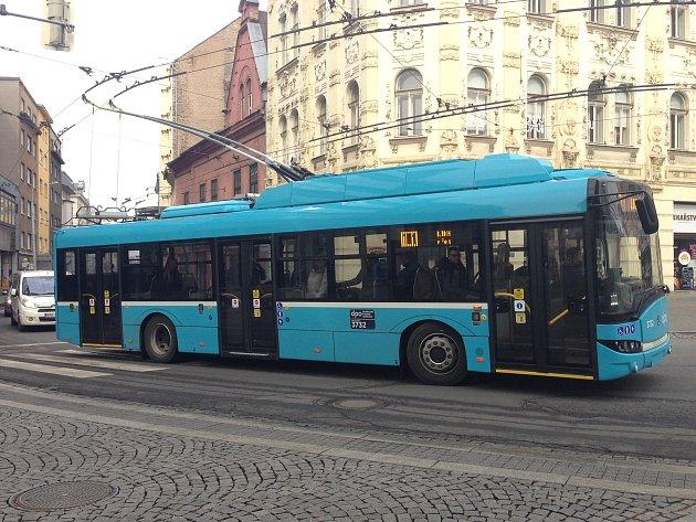 Na trasách dosud čistě trolejbusových linek 101 a 106 začaly být tento týden využívány takzvané parciální trolejbusy.