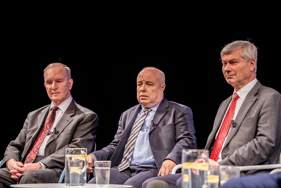 Veřejná debata ostravských primátorů, kteří stáli v čele města po roce 1990, 7. listopadu 2019 v Ostravě. Zleva Čestmír Vlček, Aleš Zedník, Petr Kajnar.
