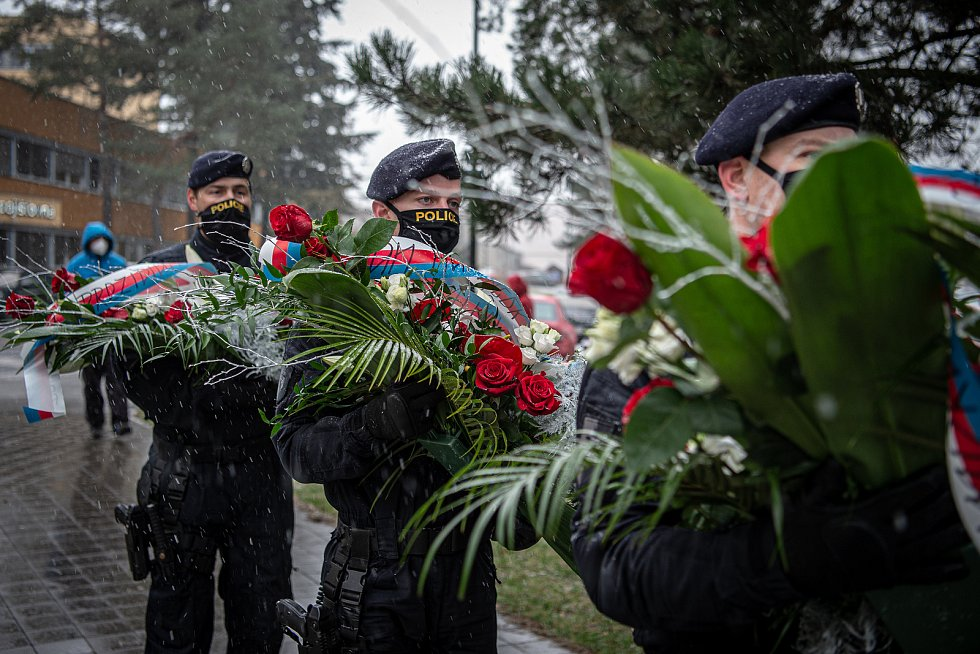 Před budovou Fakultní nemocnicí Ostrava byl odhalen památník obětem loňské tragické střelby, 10. prosince 2020. Umělecké dílo evokuje černou díru.
