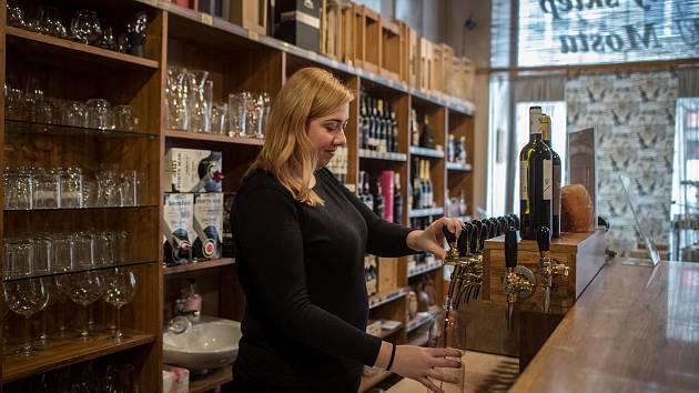 Vinný sklep U Mostu v Ostravě. Na snímku z března 2019  Zuzana Maľarová která čepuje víno.