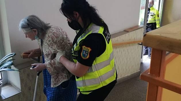 Úkolem strážníků je i pomoc seniorům (ilustrační foto).