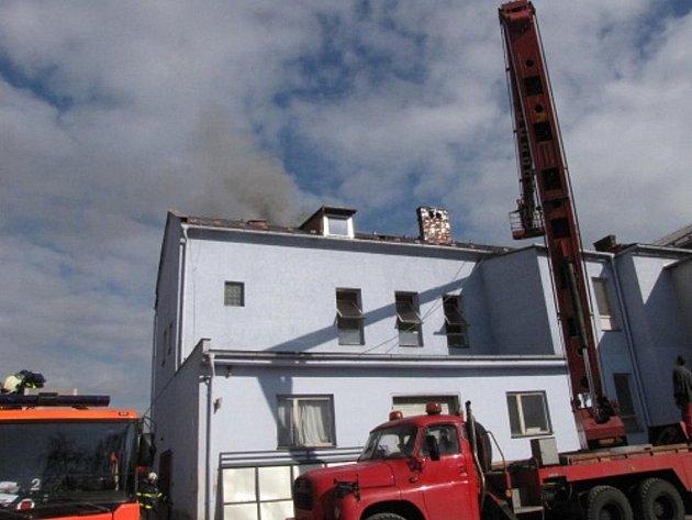 Požár střechy domu ve Švermově ulici v Ostravě