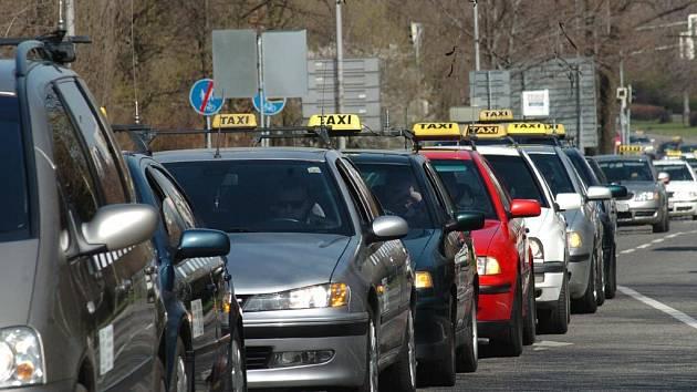 Taxikáři při pietní jízdě Ostravou