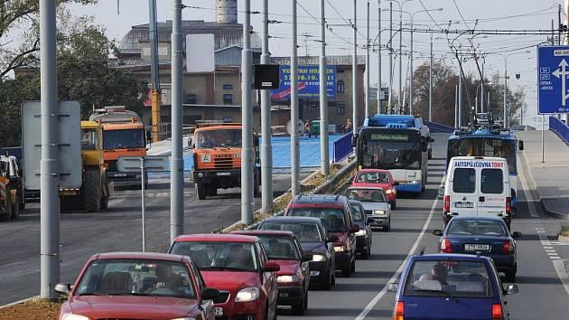 Druhý z mostů v ulici Českobratrské je takřka hotov. Podle informací Deníku by se měl otevřít s předstihem, i když některé dodělávky ještě budou pokračovat.
