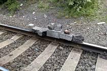 Tyto i další předměty se v těchto dnech objevily na železničních kolejích v Ostravě.