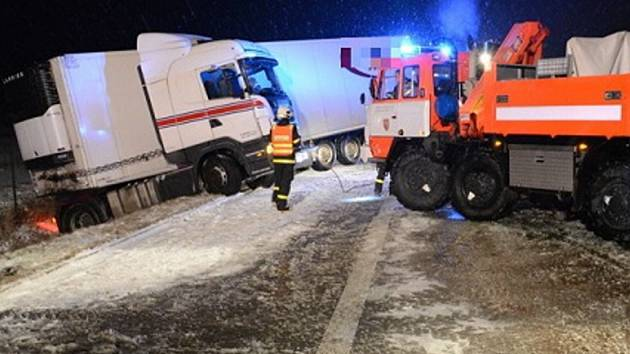 Zásah hasičů u kamionu havarovaného na dálnici.