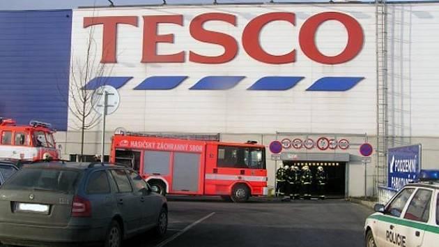 V podzemní garáži hypermarketu Tesco v Ostravě hořelo auto