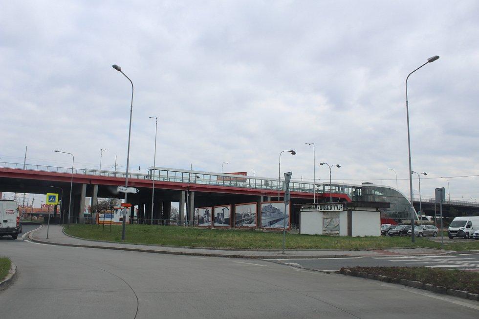 Přestupní terminál u vlakového nádraží ve Svinově.