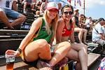 Semifinále žen Brazílie - Nizozemsko. FIVB Světové série v plážovém volejbalu J&T Banka Ostrava Beach Open, 2. června 2019 v Ostravě. Na snímku fanynky.