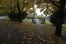 Památka zesnulých. Na hřbitovy se opět vydají lidé, aby svým blízkým na hroby položili věnce a zapálili svíčky.